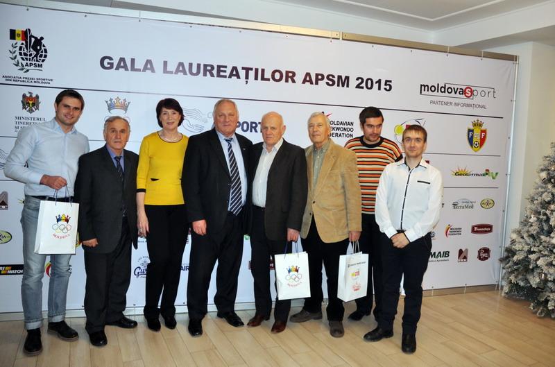 Conducerea CNOS oferă cadouri laureaţilor APSM