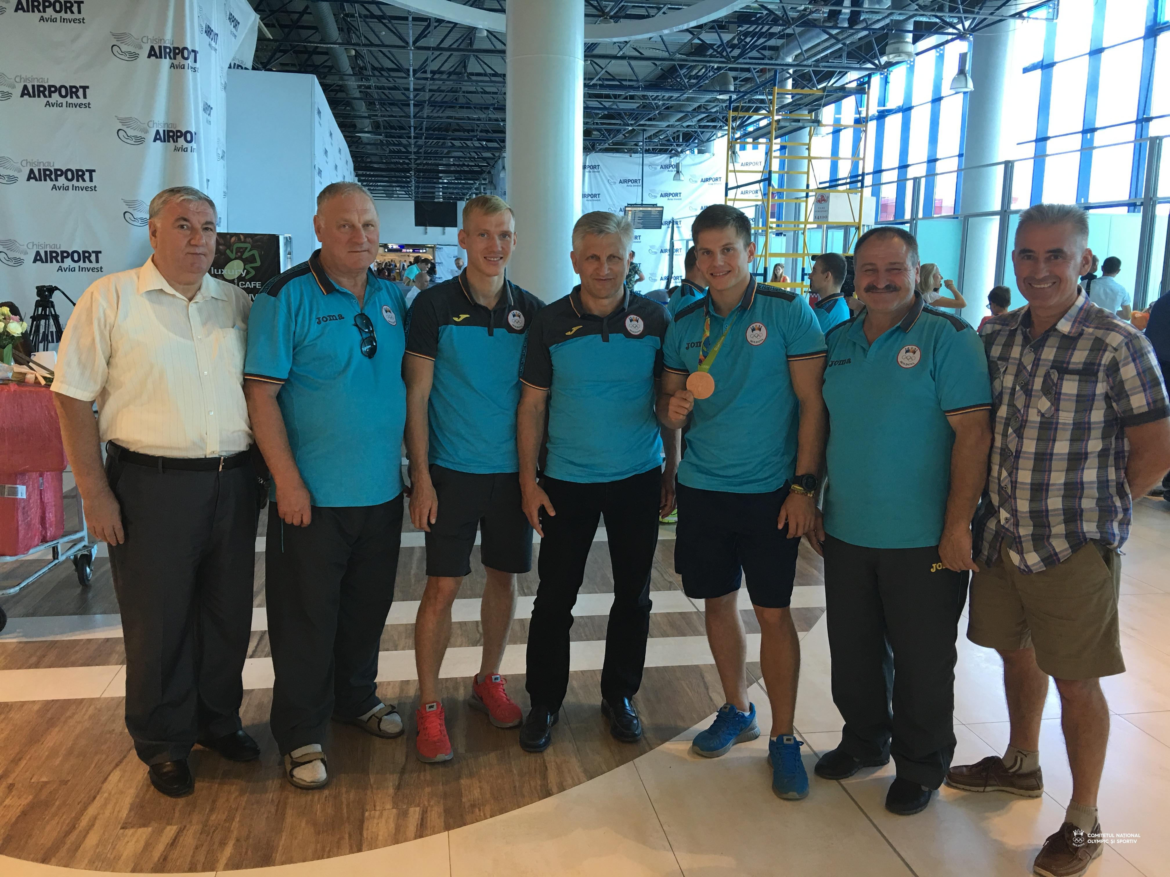 Membrii delegației olimpice intîmpinați la aeroportul din Chișinău